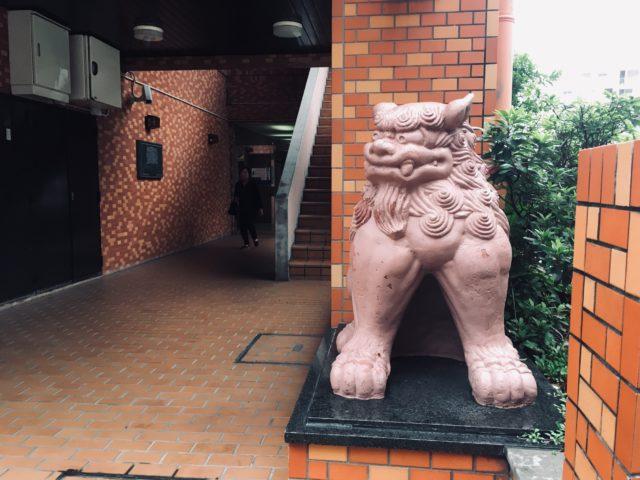 沖縄のライオンズマンションにあるシーサー像