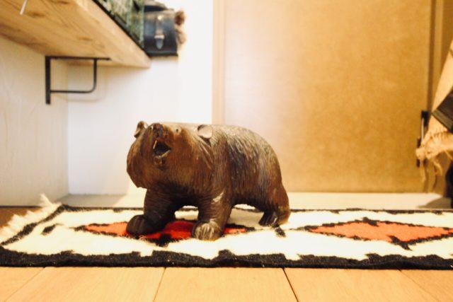 玄関に置いた熊の木彫り