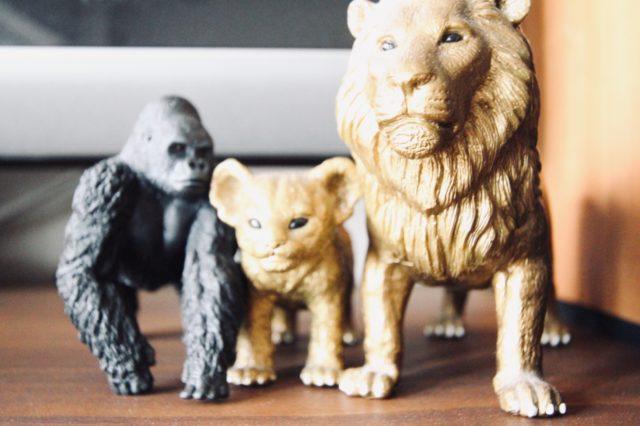 家族を見守るライオンとゴリラ