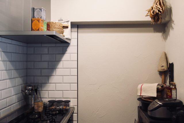 キッチンの壁はサブウェイタイルと塗り壁