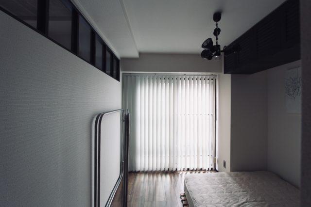寝室のバーチカルブラインド