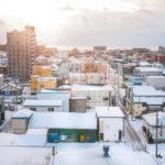 雪が降るのになぜ平ら? 意外と知らない北海道の屋根の謎