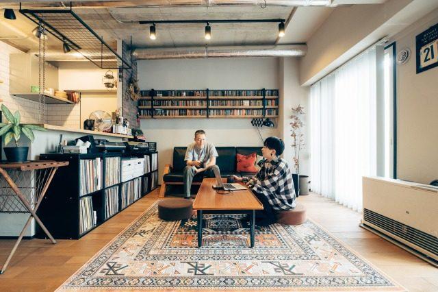 音楽と暮らしを愛する夫婦が住まうのは、木と鉄の統一感あふれる2LDKリノベマンション(札幌)