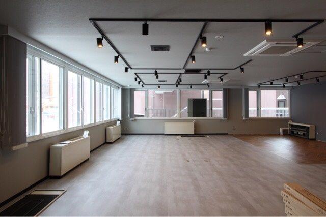 ライティングレールを採用した天井とフロアタイルに張り替えた床