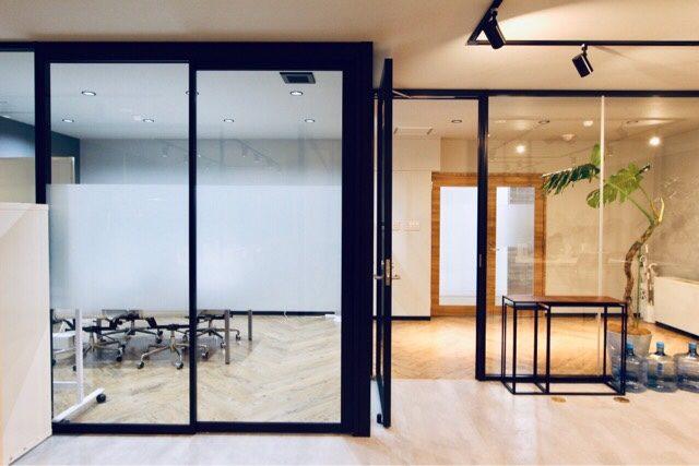 ガラスのパーテーションは窓用フィルムで目隠しすることも可能