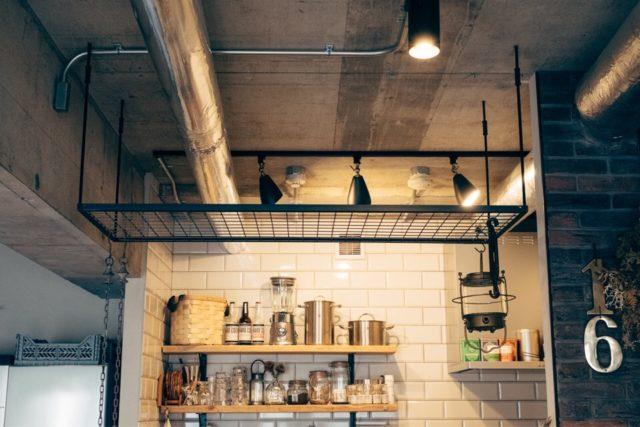 キッチンの天井にアイアンラックを設置