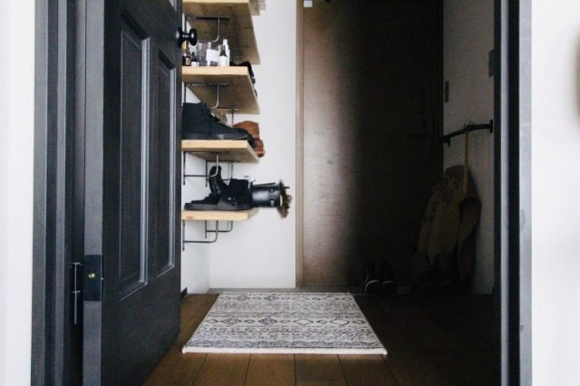玄関に設置した足場板の下駄箱