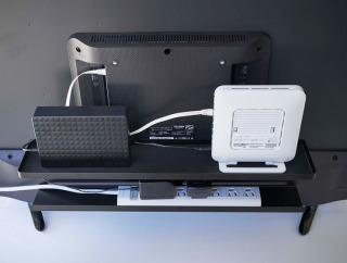 テレビ裏収納ラックsmart ならルーターや電源タップを一括収納できる