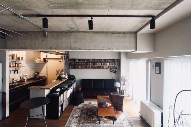 左が壁付けキッチン右がリビング