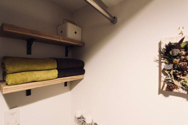脱衣所の壁に取り付けた足場板の棚
