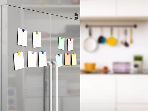 NG1. 冷蔵庫にメモや書類を貼っている