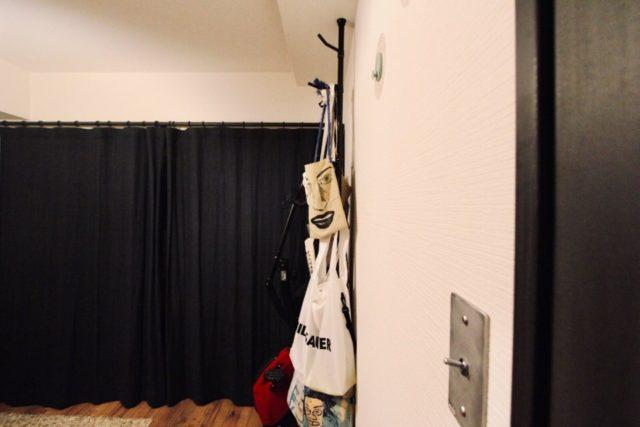 壁面に設置したLOWYAの突っ張り棒