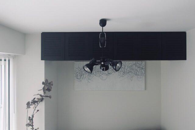 寝室に取り付けた吊り戸棚
