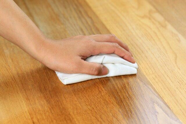 フローリングを乾拭きする人の手