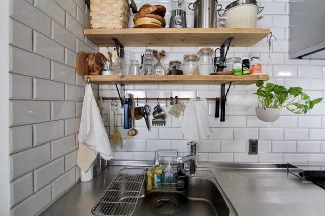 キッチンの壁に取り付けた足場板の棚