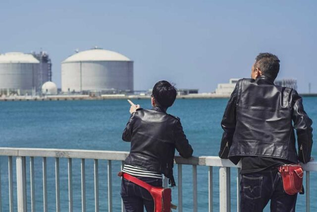 ライダースを着て海を見る夫婦